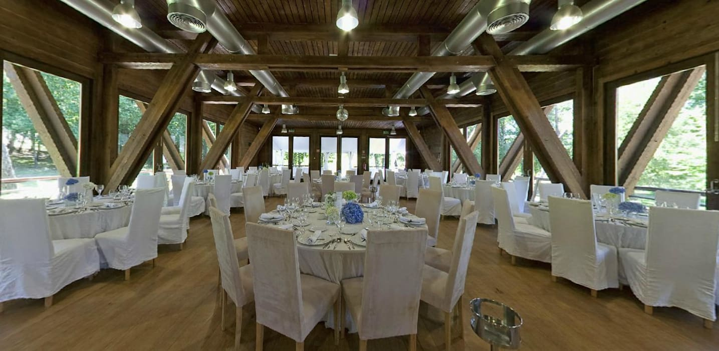 Interior do salão de eventos: Locais de eventos  por NORMA | Nova Arquitectura em Madeira (New Architecture in Wood),