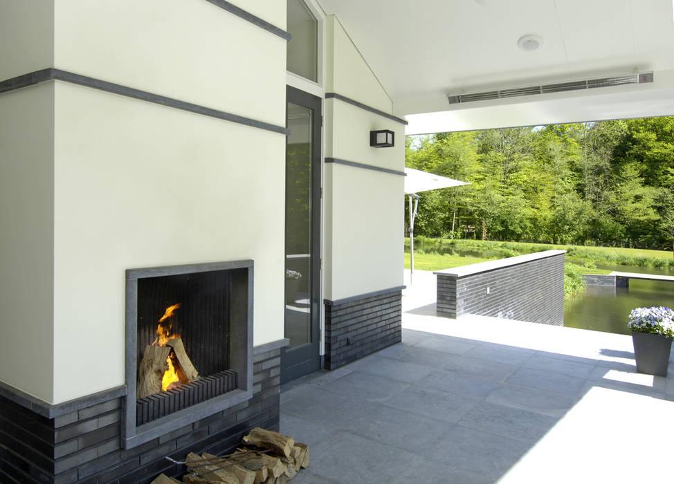 Balcones y terrazas de estilo moderno de Van Hoogevest Architecten Moderno