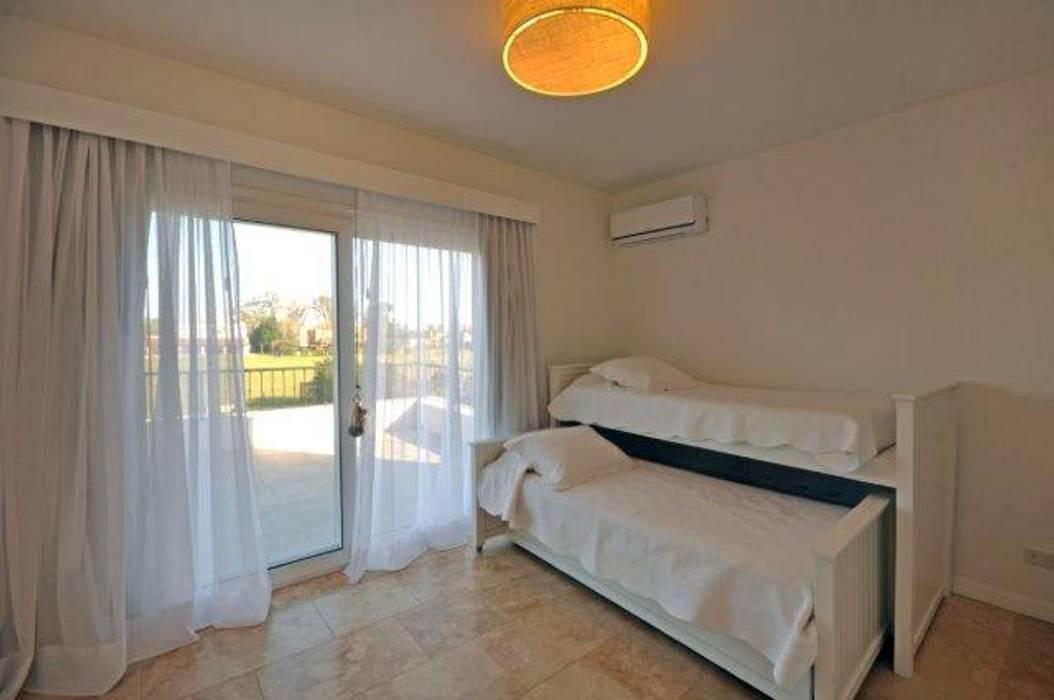 dormitorio 2: Dormitorios infantiles de estilo  por Parrado Arquitectura,Clásico