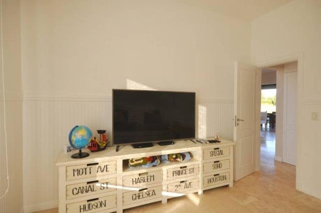 playroom: Salas multimedia de estilo clásico por Parrado Arquitectura