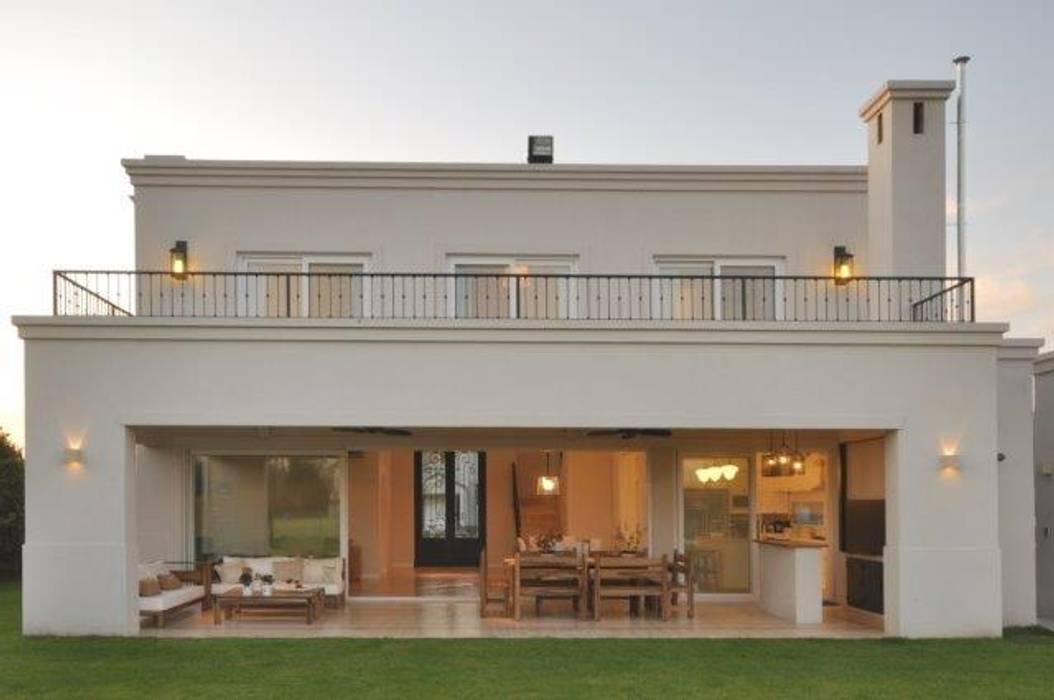 fachada contrafrente: Casas de estilo  por Parrado Arquitectura