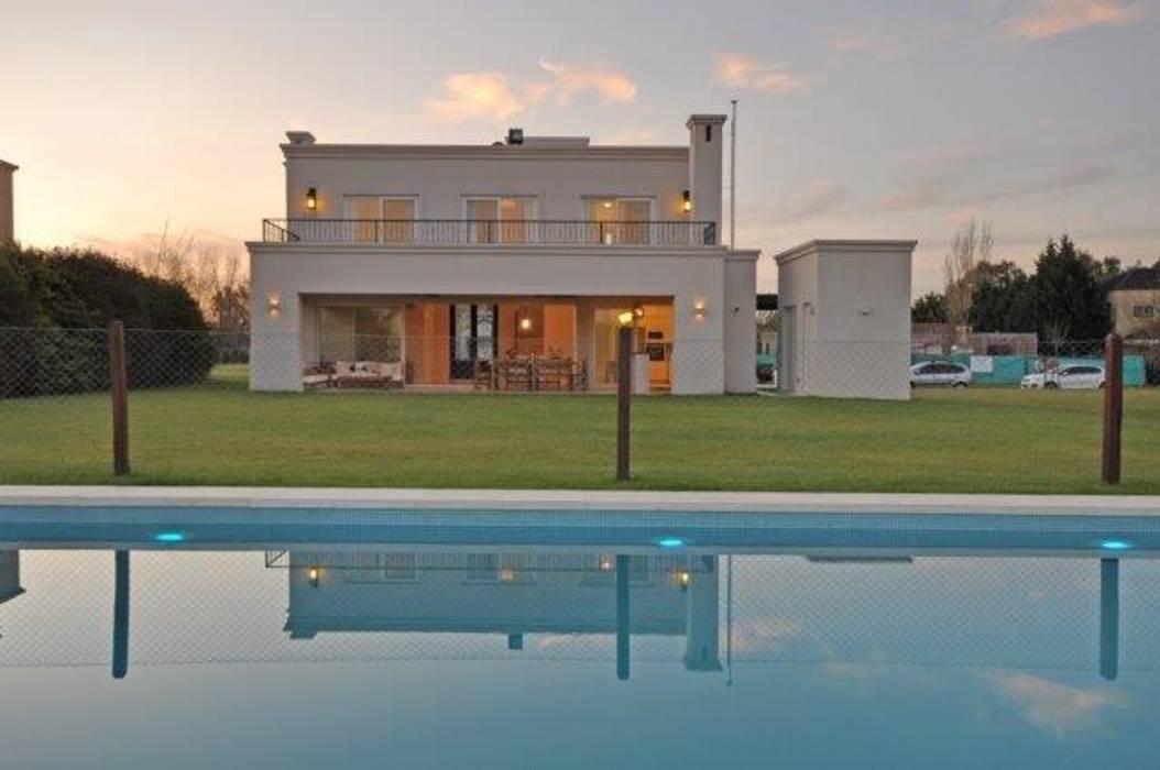 desde la pileta Casas clásicas de Parrado Arquitectura Clásico