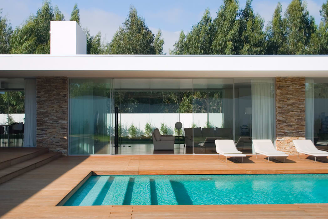Vista da piscina para a sala Piscinas modernas por A.As, Arquitectos Associados, Lda Moderno