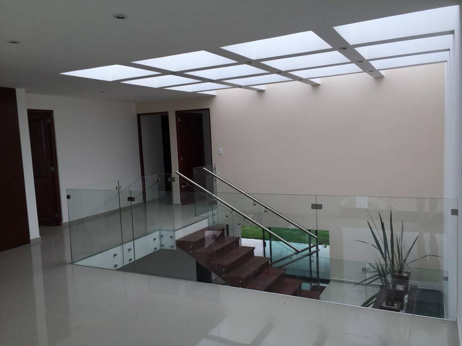 Vestíbulo de Planta Alta Pasillos, vestíbulos y escaleras modernos de Ambás Arquitectos Moderno
