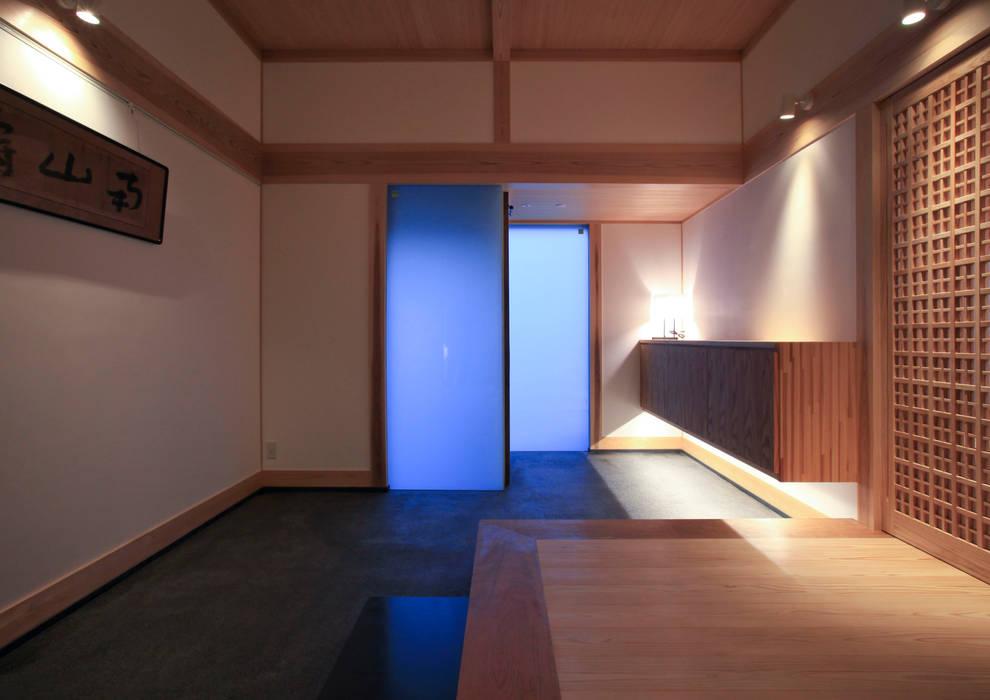 higashinagato house: 髙岡建築研究室が手掛けた廊下 & 玄関です。,和風
