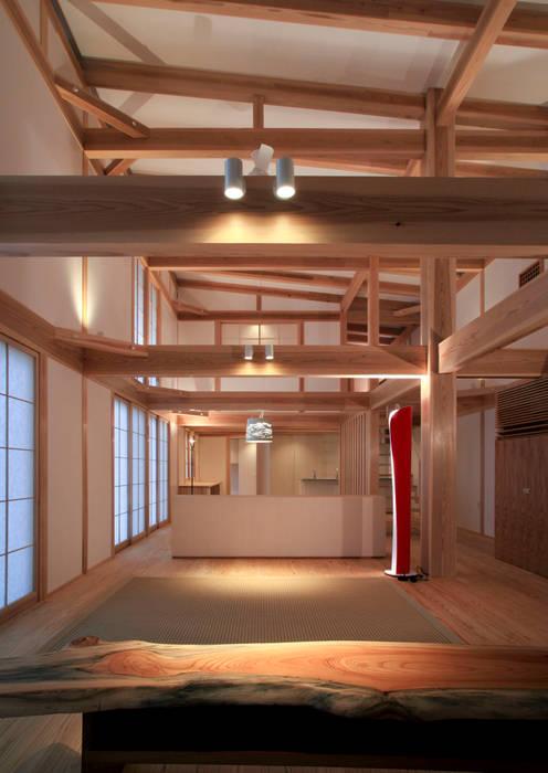higashinagato house: 髙岡建築研究室が手掛けたリビングです。,和風