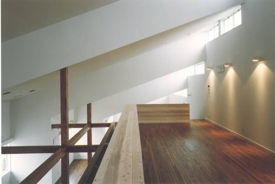 . 株式会社 高井義和建築設計事務所 モダンデザインの リビング 木 白色