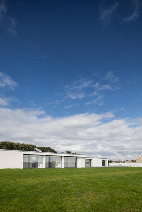 Casa em Gandra - Raulino Silva Arquitecto: Casas  por Raulino Silva Arquitecto Unip. Lda,