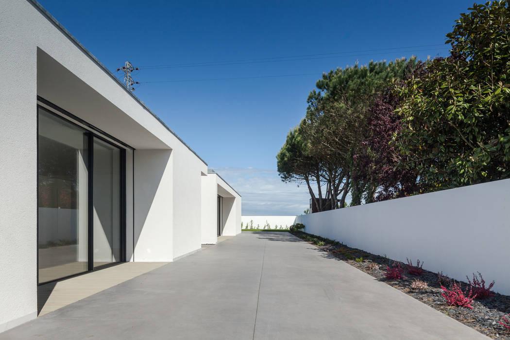 Casa em Gandra - Raulino Silva Arquitecto: Casas  por Raulino Silva Arquitecto Unip. Lda