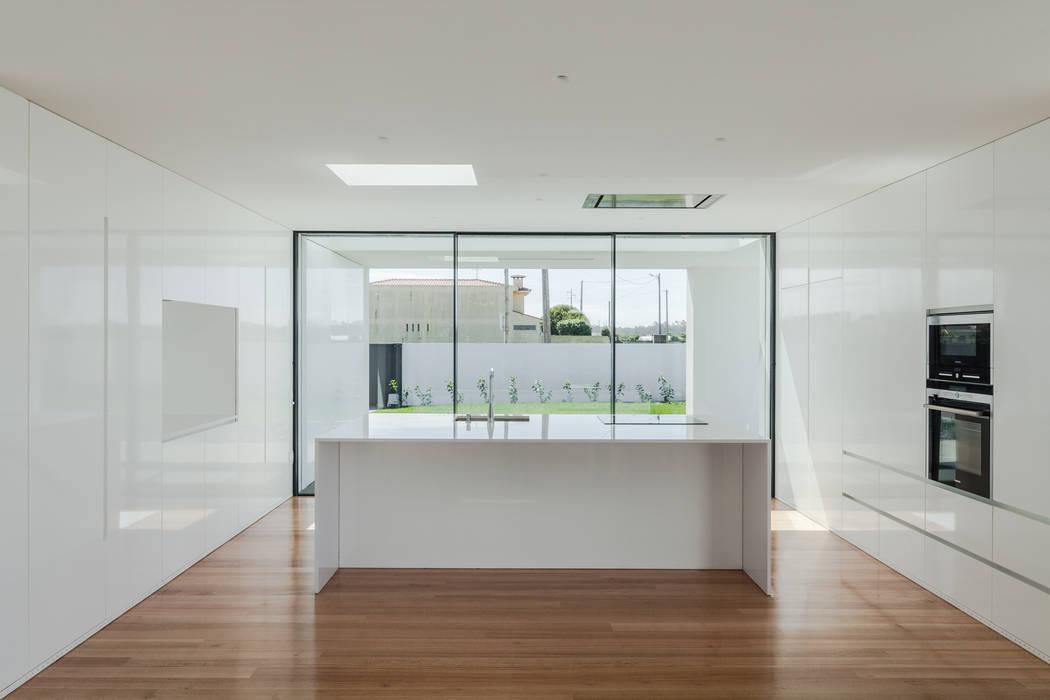 Casa em Gandra - Raulino Silva Arquitecto: Cozinhas  por Raulino Silva Arquitecto Unip. Lda