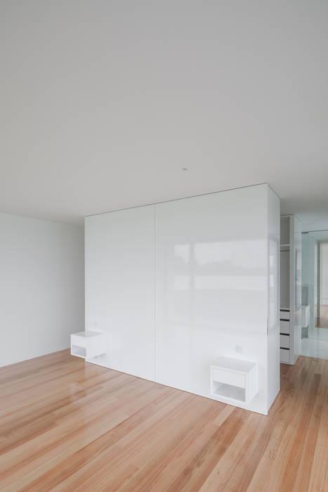 Casa em Gandra - Raulino Silva Arquitecto: Quartos  por Raulino Silva Arquitecto Unip. Lda