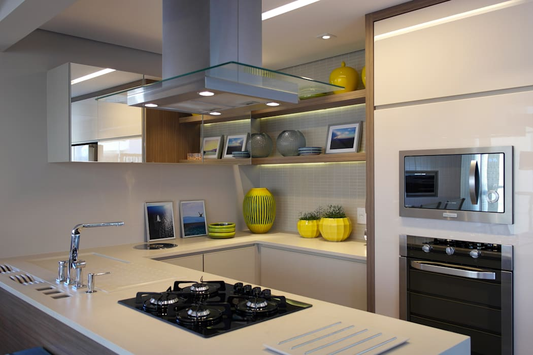 Kitchen by Amanda Carvalho - arquitetura e interiores