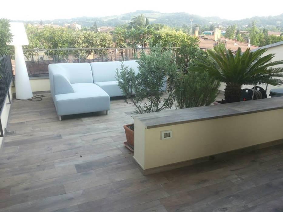 Balcones y terrazas de estilo moderno de Benuzzi srl Moderno Cerámico