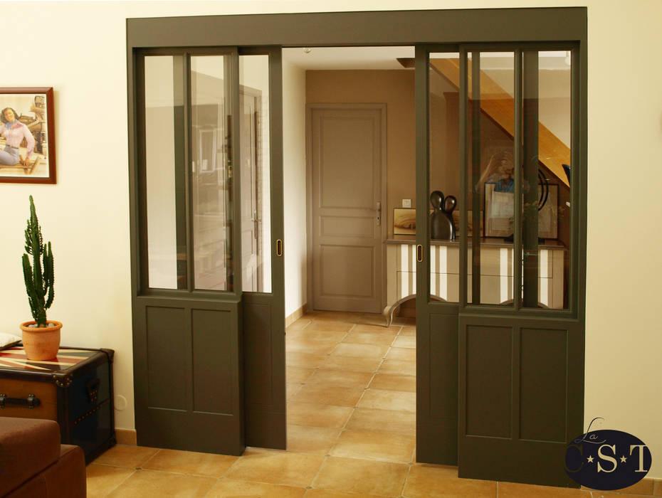 Une baie vitrée d'inspiration Industrielle... en bois!: Fenêtres de style  par La C.S.T, Industriel