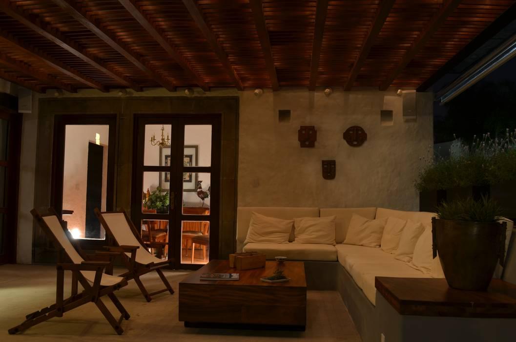 Terrazas de estilo  por Villanueva Fernandez Arquitectos, Colonial Madera Acabado en madera