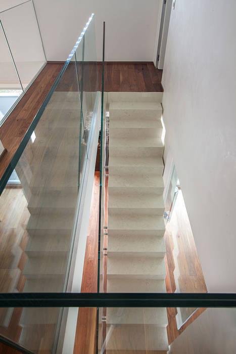 Baltina House: Ingresso & Corridoio in stile  di studiodonizelli