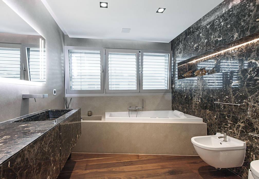 Baltina House: Bagno in stile in stile Moderno di studiodonizelli