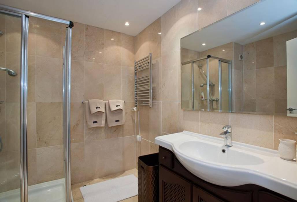 2 bedroom apartment Baños de estilo clásico de Gebauer Design Clásico