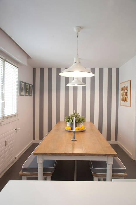 Comedor con mesa de madera y banco corrido con papel pintado en la ...