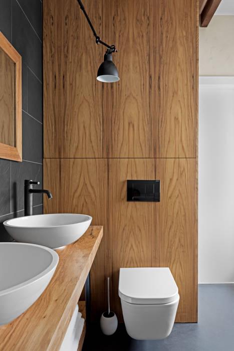 Minimalist, simple lake house design by OIKOI Skandynawska łazienka od Ayuko Studio Skandynawski Drewno O efekcie drewna