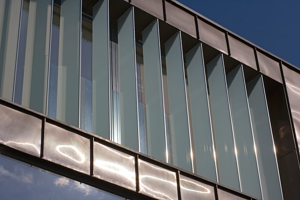 Glass privacy fins prevent overlooking from the neighbours Modern Houses by The Chase Architecture Modern Glass