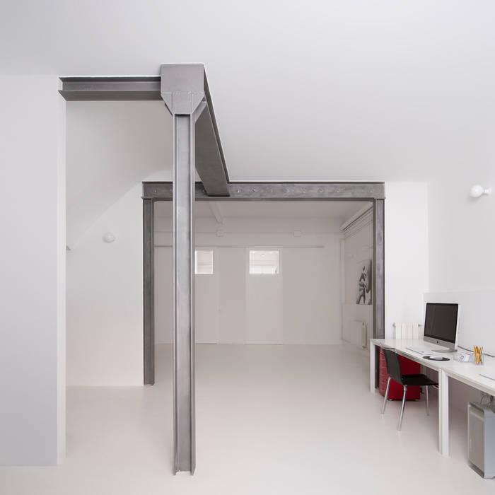 Reforma de vivienda y estudio de fotografía OP: Estudios y despachos de estilo  de manrique planas arquitectes