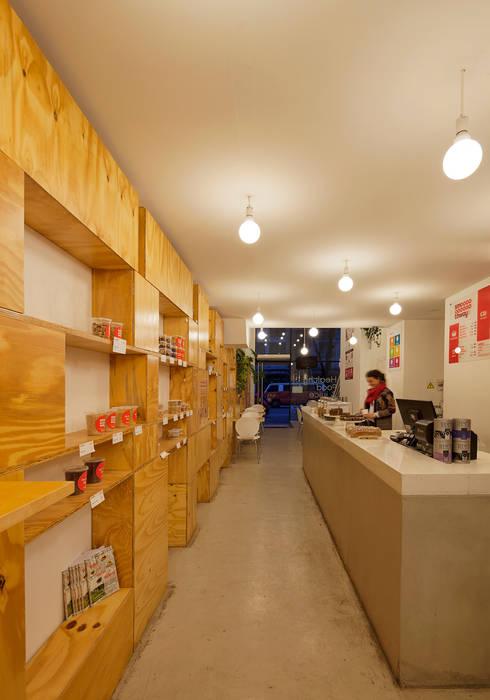 Minimalistische Weinkeller von IR arquitectura Minimalistisch Holz Holznachbildung