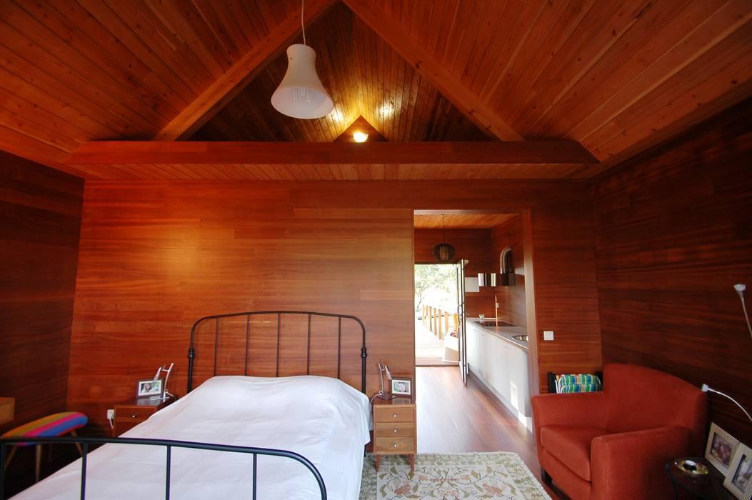 3 anos depois... Casa em Cabeça Santa Quartos rústicos por NORMA | Nova Arquitectura em Madeira (New Architecture in Wood) Rústico Madeira maciça Multicolor