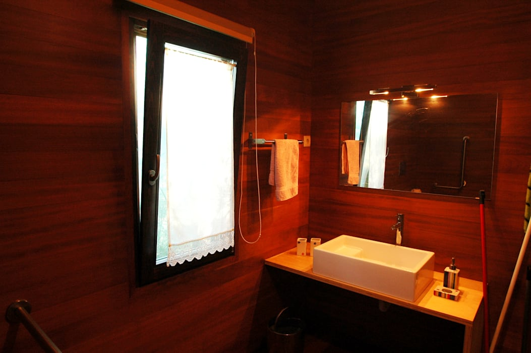3 anos depois... Casa em Cabeça Santa Casas de banho rústicas por NORMA | Nova Arquitectura em Madeira (New Architecture in Wood) Rústico Madeira maciça Multicolor