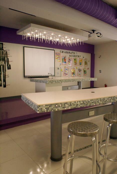 Laboratorio: Estudios y oficinas de estilo  por VIVAinteriores, Moderno Azulejos