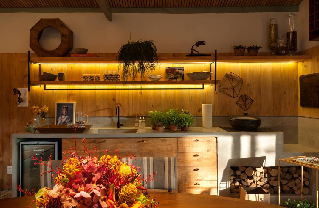 Tropical style kitchen by Marina Linhares Decoração de Interiores Tropical