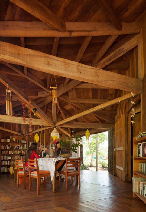 Wiejska jadalnia od IR arquitectura Wiejski Lite drewno Wielokolorowy