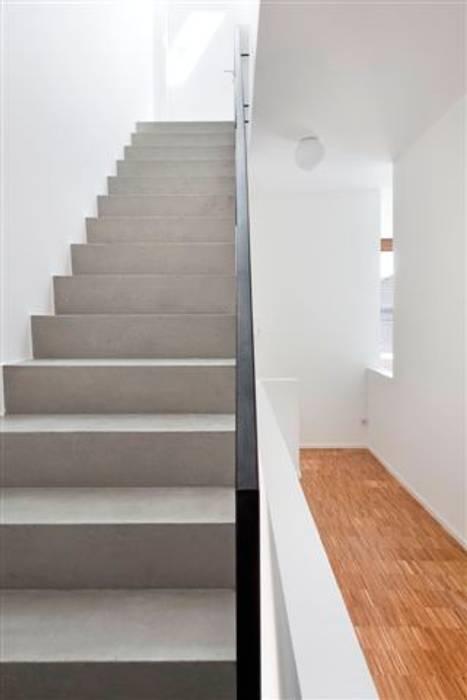 Baulückenschließung durch zwei moderne Stadthäuser:  Flur & Diele von raumumraum architekten