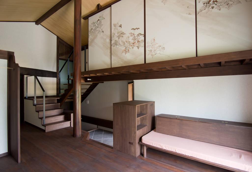 Salas de estilo asiático de 一級建築士事務所マチデザイン Asiático Madera Acabado en madera