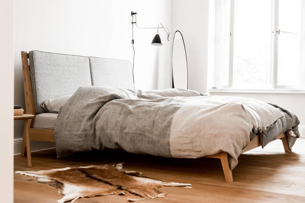 Master bedroom by Loft Kolasinski Скандинавський Льон / льон Рожевий