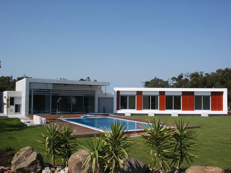 Voltado a sul o jardim e piscina: Casas  por Pardal Monteiro Arquitetos, lda