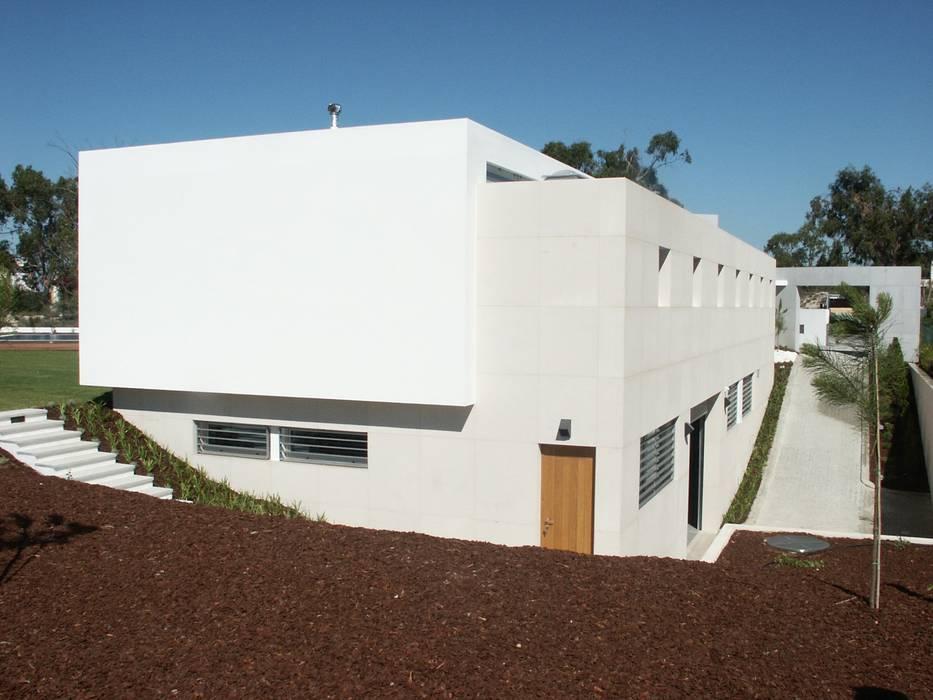 Voltado a norte os acessos Casas modernas por Pardal Monteiro Arquitetos, lda Moderno