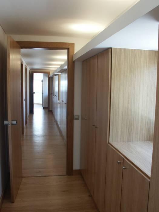 Circulações interiores e arrumos Corredores, halls e escadas modernos por Pardal Monteiro Arquitetos, lda Moderno