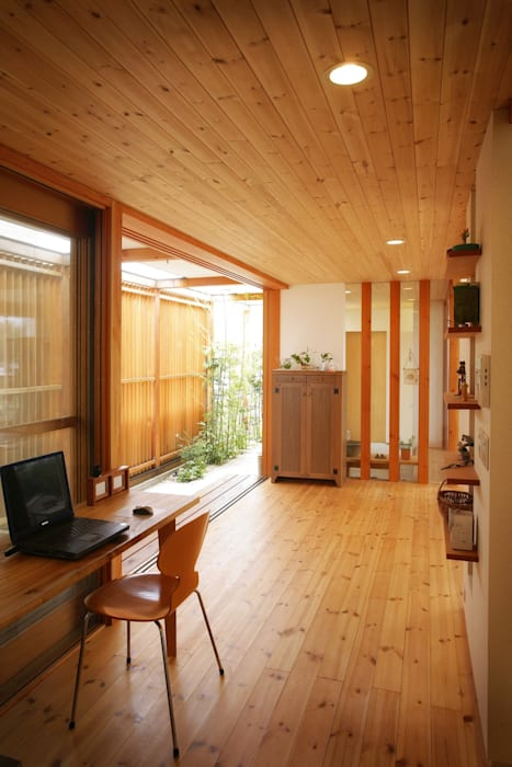 Modern study/office by 松永鉄快建築事務所 Modern Solid Wood Multicolored