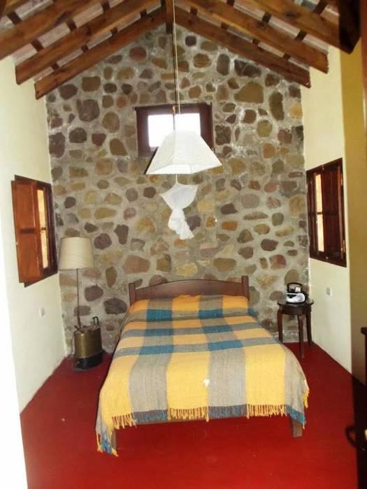 Casco de Finca en La Caldera: Dormitorios de estilo  por Valy,Rural Ladrillos