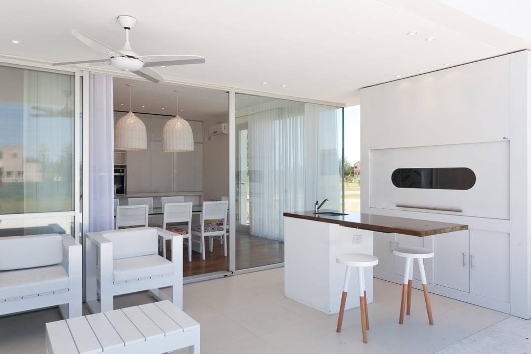 VISMARACORSI ARQUITECTOS Modern style conservatory