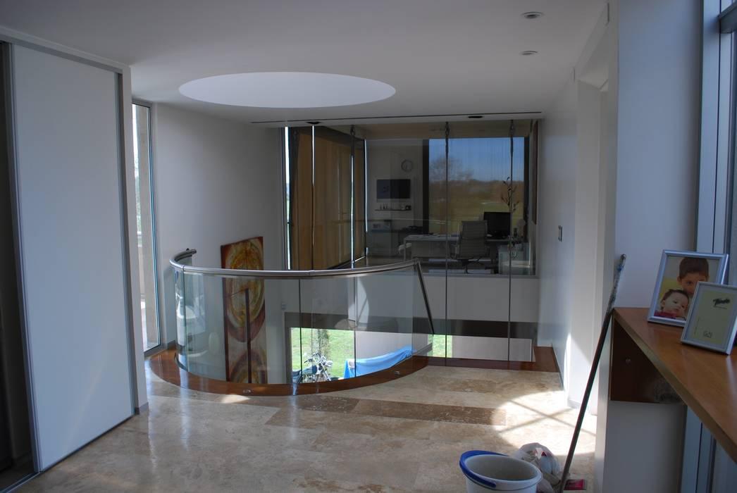 vivienda unifamiliar Pasillos, vestíbulos y escaleras modernos de cm espacio & arquitectura srl Moderno