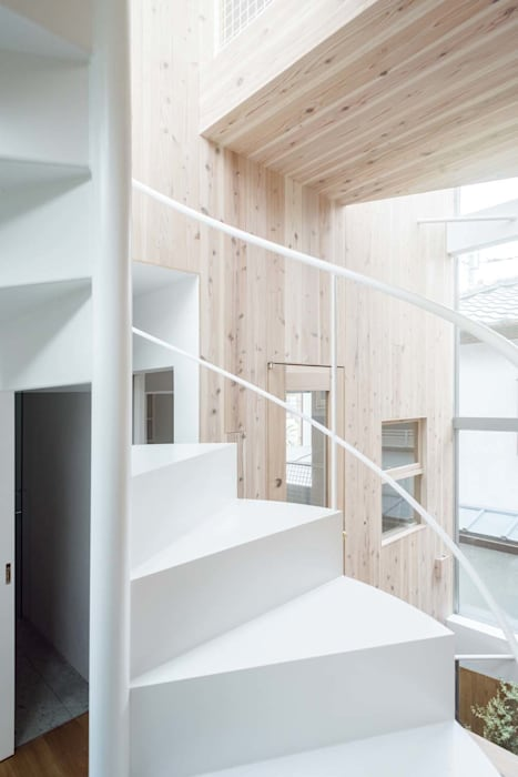 Modern corridor, hallway & stairs by ディンプル建築設計事務所 Modern Iron/Steel