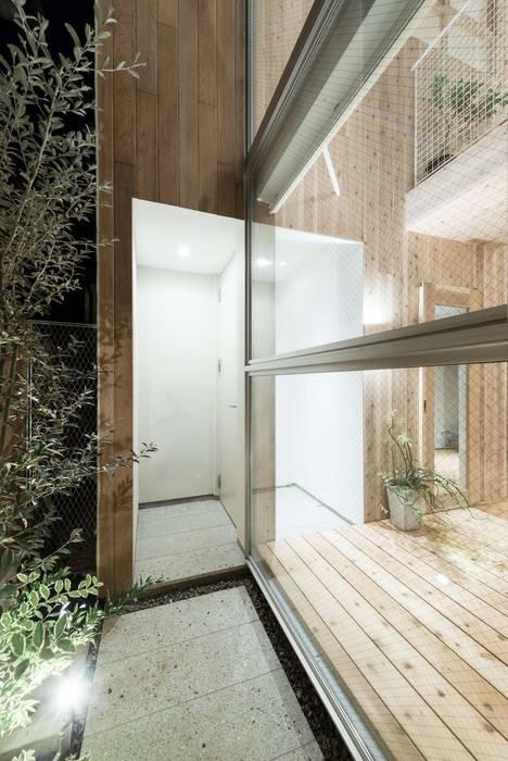 玄関夕景 ディンプル建築設計事務所 モダンスタイルの 玄関&廊下&階段 無垢材 木目調