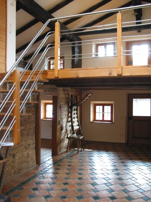 Couloir, entrée, escaliers classiques par Fewo Moarhof Classique