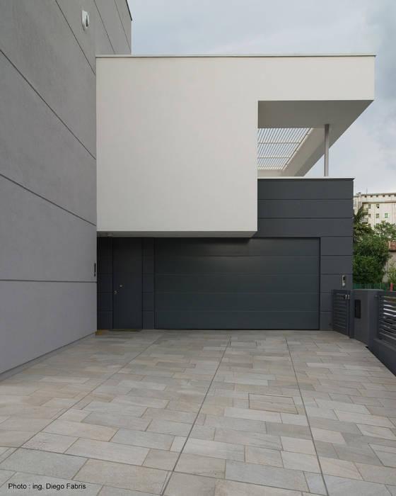 Urban House: Garage/Rimessa in stile  di Studio Vivian