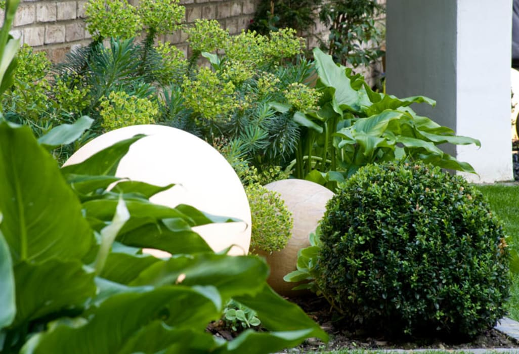 Illuminated Sphere and Sandstone Sphere Modern garden by Earth Designs Modern