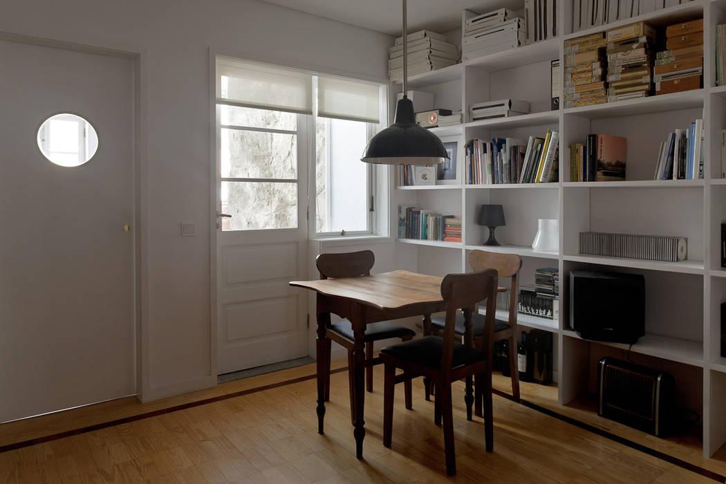 Apartamento Rua da Fábrica Salas de estar modernas por 560 architects Moderno