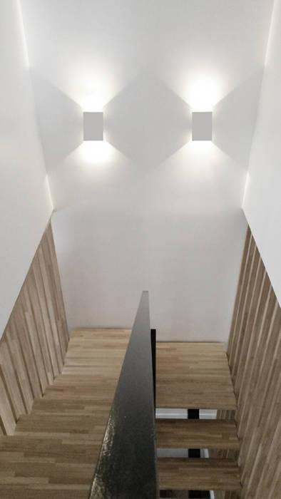 Cage d'escalier niveau R+1 Couloir, entrée, escaliers minimalistes par Yeme + Saunier Minimaliste Bois massif Multicolore