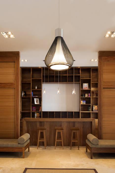 Lobby Pasillos, vestíbulos y escaleras de estilo moderno de diesco Moderno Compuestos de madera y plástico